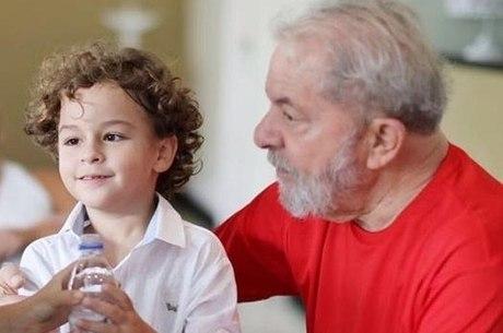 Lula com o neto Arthur, que morreu nesta sexta