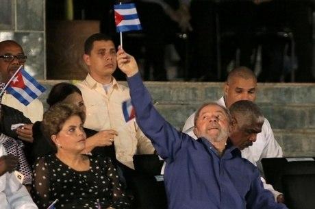 Ao lado de Dilma, Lula levanta bandeira cubana