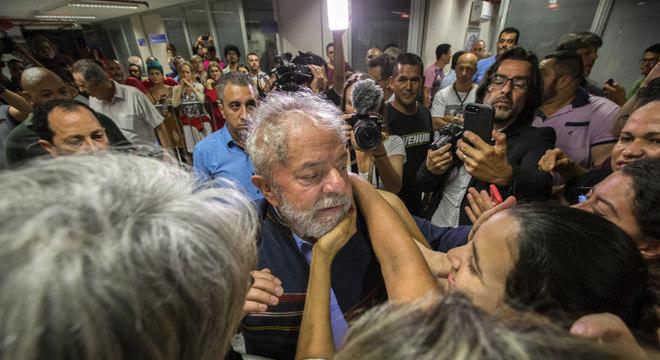 Apoiadores cumprimentam Lula em São Bernardo na manhã desta sexta (6)