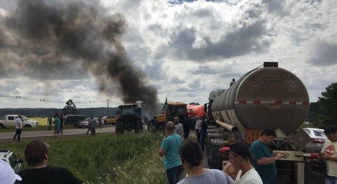 Manifestantes ateiam fogo e fecham acesso a Passo Fundo