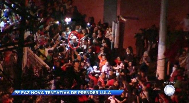 Lula sai caminhando da sede do Sindicato dos Metalúrgicos