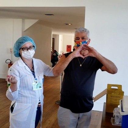 Lulu Santos, de 67 anos, recebeu a primeira dose de vacina contra covid-19 no dia 2 de abril, no Rio de Janeiro.O músico mostrou o momento especial, noJockey Club Brasileiro, por meio de vídeo nas redes sociais
