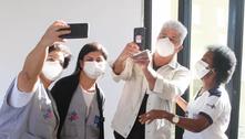 Lulu Santos é tietado ao receber segunda dose da vacina