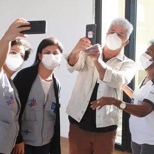 Lulu Santos fez fotos com equipe de saúde
