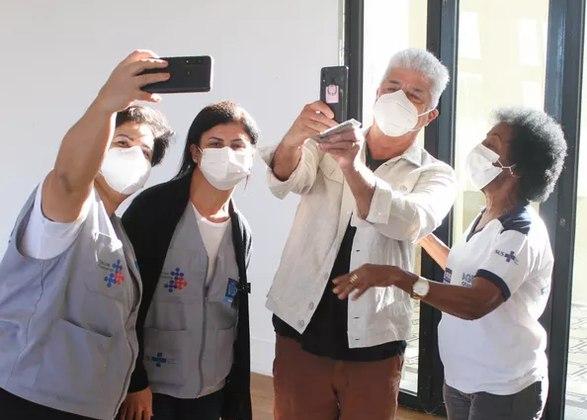 Lulu Santos, de 67 anos, recebeu a segunda dose da vacina contra acovid-19nesta sexta-feira (30). A imunização do cantor aconteceu em um posto localizado na Zona Sul do Rio de Janeiro. Lá, além de ser imunizado, o músico foi tietado por fãs e profissionais da saúde