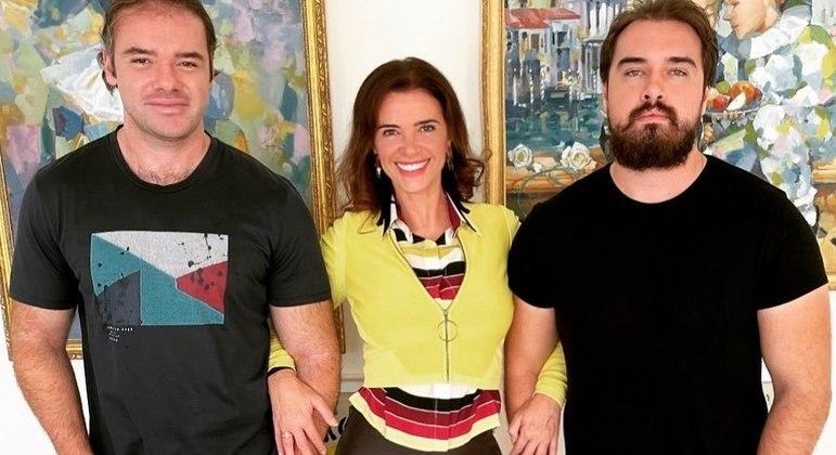 Luma de Oliveira posa com seus dois filhos: Thor e Olin