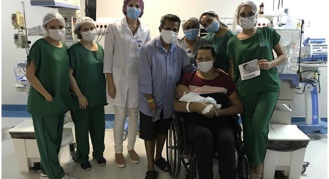 Lurdyani, ao lado do marido e da equipe médica, pega a filha no colo pela primeira vez, 51 dias depois do parto