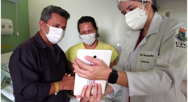 Lurdyani, ao lado do marido, vendo a filha pela primeira vez, por videochamada, 43 dias depois do parto