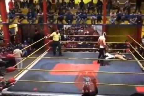 Lutador ficou estirado no chão após o infarto