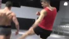 Youtuber fica com perna 'destruída' após chutes de lutador do UFC