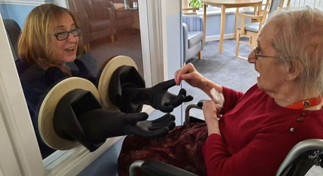 Parentes e amigos estão visitando idosos com segurança