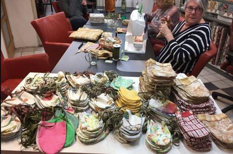 Voluntários holandeses já fizeram centenas de luvas