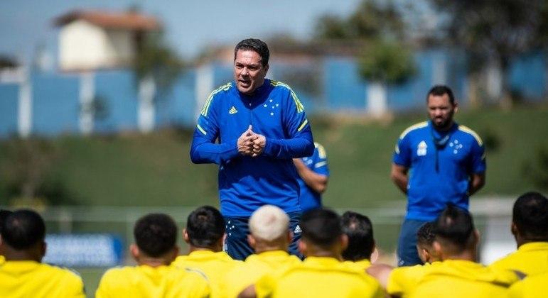 Luxemburgo com o limitado elenco do Cruzeiro. 'Ganhou' os jogadores ao exigir salários em dia