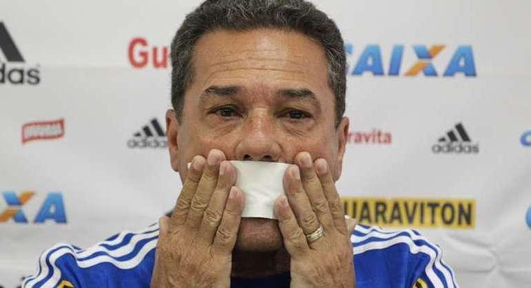 Luxa fracassou trabalhando de graça no Vasco. Portas fechadas na elite do futebol brasileiro