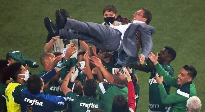 Mesmo criticado, Luxemburgo segue seu trabalho no Palmeiras. Por enquanto, está seguro