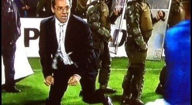 De terno e gravata. Representando o Grêmio, não poderia fugir da 'briga'
