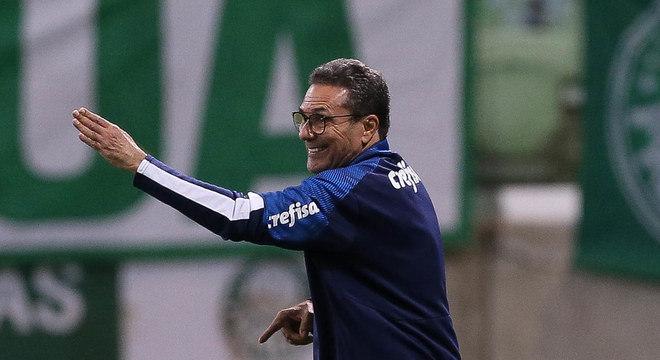 Palmeiras cobrou, mexeu no time. Mas Palmeiras seguiu burocrático
