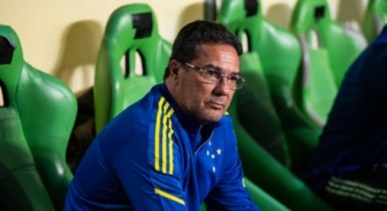 """Luxemburgo questionou a performance de Marcinho, que tem talento, na visão do treinador, mas """"enfeita"""" muito as jogadas"""
