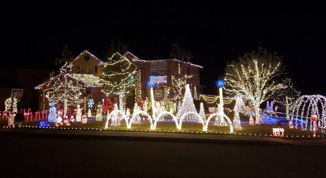 Família chama atenção das pessoas com sua decoração natalina
