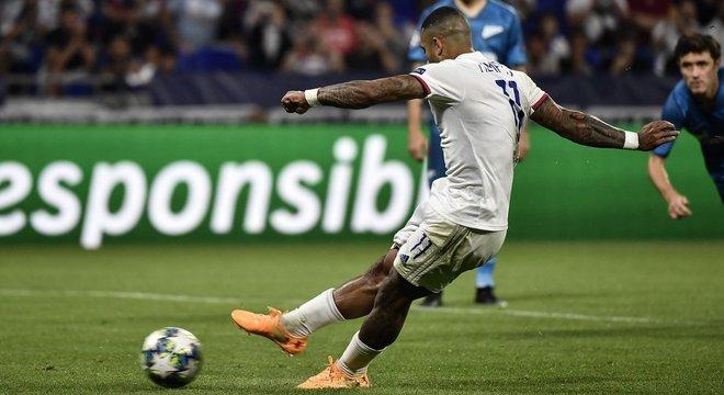 Depay, do Lyon, converte o penal do 1 X 1 contra o Zenit