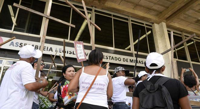 Atingidos por barragens entregam pauta de reivindicações a deputados