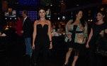 Paula Fernandes veste um macacão todo preto, em uma ocasião de festa, sendo uma ótima opção para quem não é fã de vestidos ou saiasLeia mais: Aos 90 anos, Elza Soares segue jovem e com looks ousados