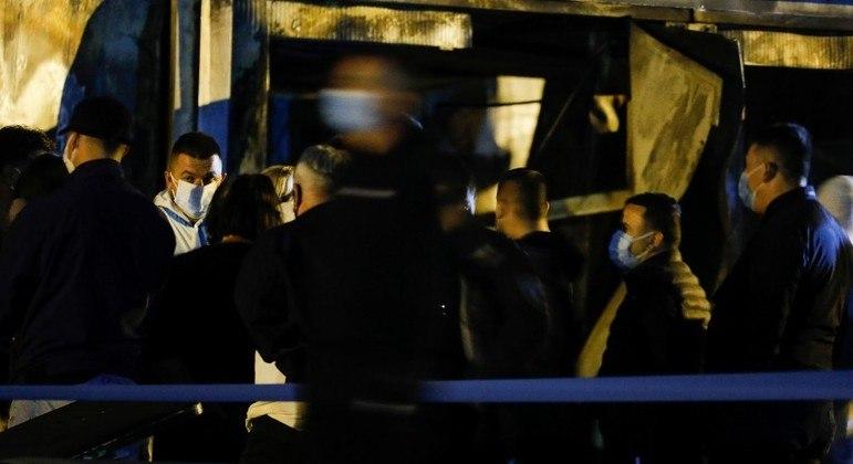 Familiares de vítimas se reúnem na porta do hospital, em Tetovo