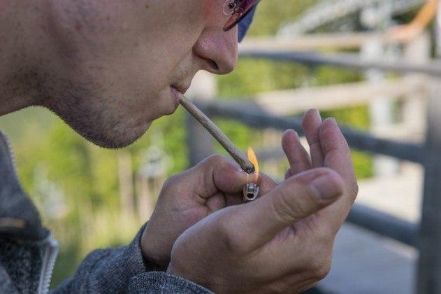 """Com uma proposta mais ousada, o estado de Washington anunciou, no mês passado, que adultos com mais de 21 anos poderiam receber um cigarro de maconha após a primeira ou a segunda dose da vacina. A promoção recebeu o nome de 'Joints for jabs' (""""baseados por doses"""", em tradução livre) e está em vigor até a próxima segunda-feira (12)"""