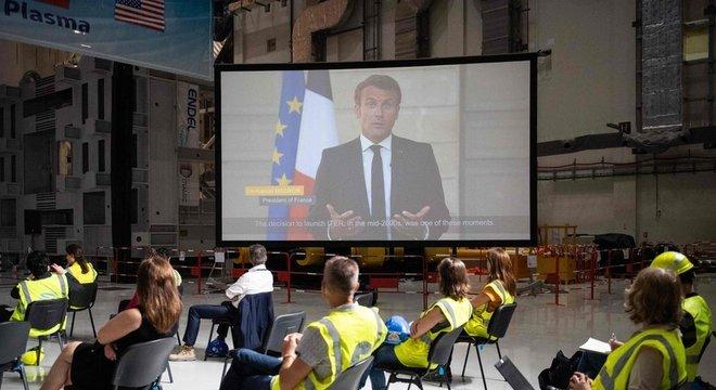 O presidente francês, Emmanuel Macron, discursou na cerimônia por meio de uma transmissão ao vivo