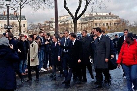 Macron sofre pressão para renunciar