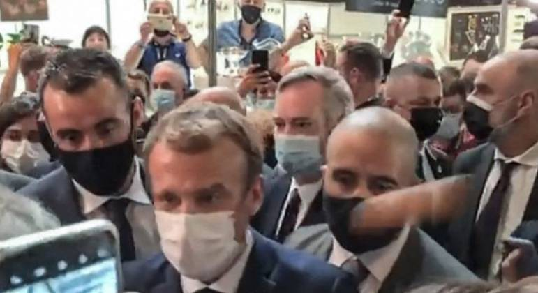 O jovem que jogou um ovo no presidente francês Emmanuel Macron foi internado em uma instituição psiquiátrica