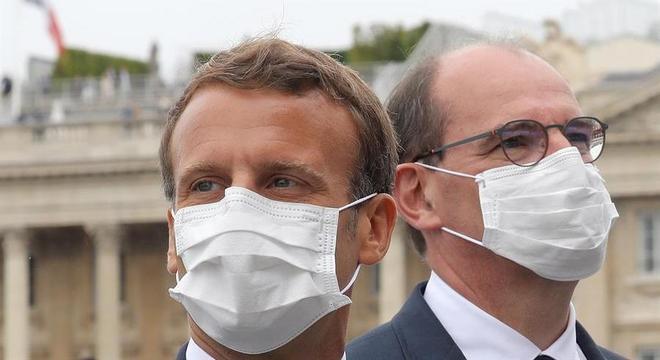 Macron (à esq.), com o primeiro-ministro Jean Castex, durante desfile do 14 de Julho