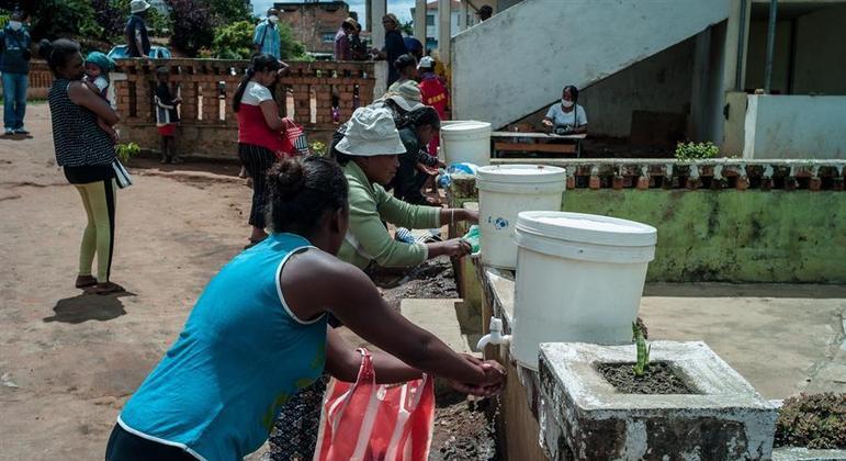 Moradores de Madagascar estão comendo gafanhotos e barro para não passar fome