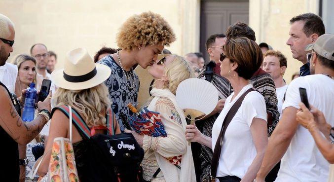 Madonna e namorado, Ahlamalik Williams, são flagrados em momento romântico