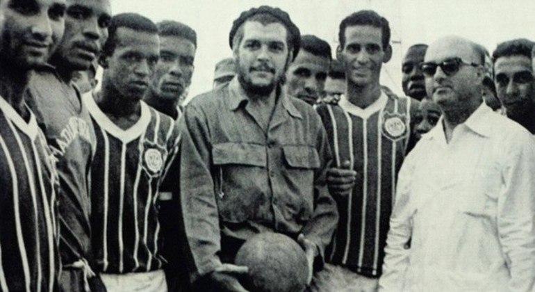 Parte do elenco do Madureira, Zé da Gama e o Che Guevara com a bola