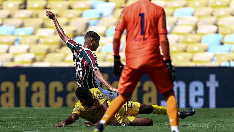 MADUREIRA - SOBE - LUIZ PAULO e NIVALDO - Mesmo com pouco tempo em campo, o atacante mostrou oportunismo no gol marcado e deu trabalho à defesa adversária. Já o meio-campista se empenhou muito para levar o Tricolor Suburbano à frente. DESCE - JUNINHO - Foi afoito no