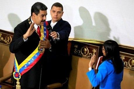 Após eleição contestada, Maduro toma posse