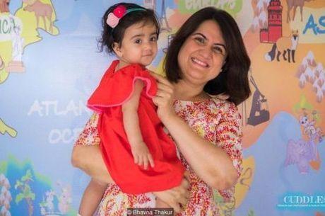 Bhavna Thakur, de 43 anos, vive com o marido e a filha de um ano em Mumbai - ela diz que costuma ser 'a mãe mais velha do parquinho'