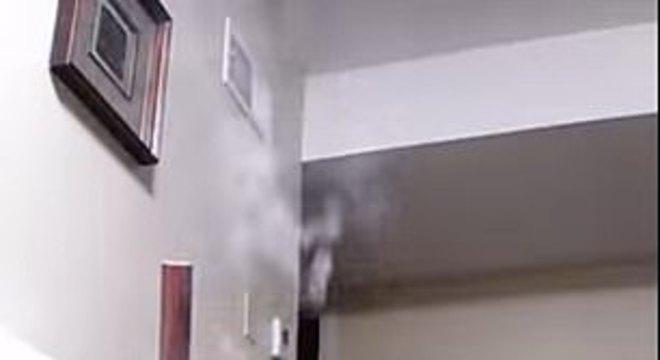 Mãe acendeu cigarro na frente de seu bebê