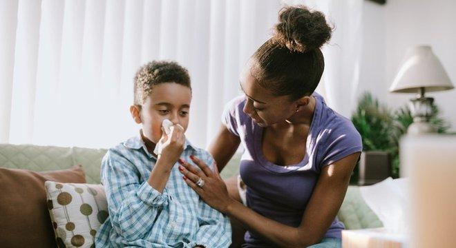 Mãe conversa com criança que está resfriada