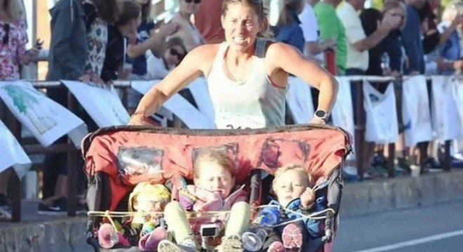 Mãe correu maratona empurrando seus três bebês