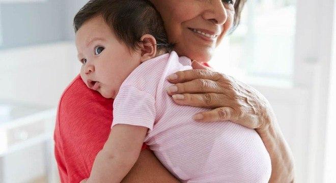 Mãe desabafou sobre sogra que quer amamentar seu bebê