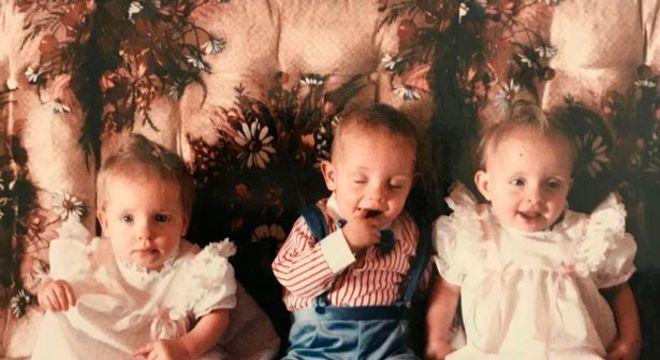 Mãe dos bebês quadrigêmeos quando pequena com seus irmãos