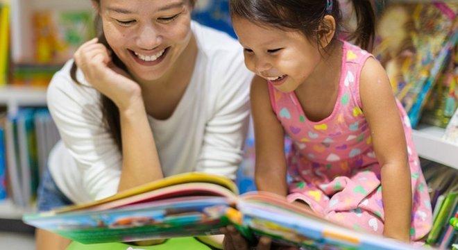 No contato com os livros e as letras, as crianças vão desenvolvendo interesse pela leitura