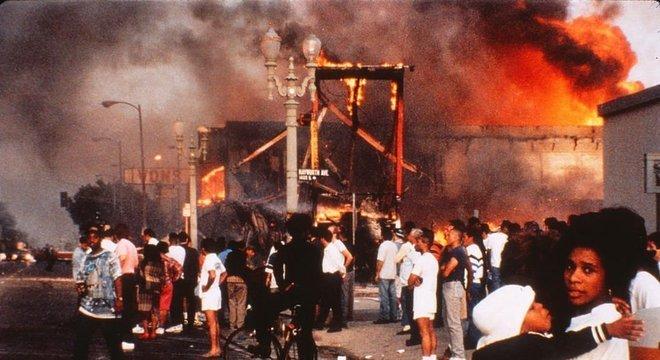 Em abril de 1992, Los Angeles viveu dias de tumultos após o espancamento de um homem negro, Rodney King, por policiais brancos