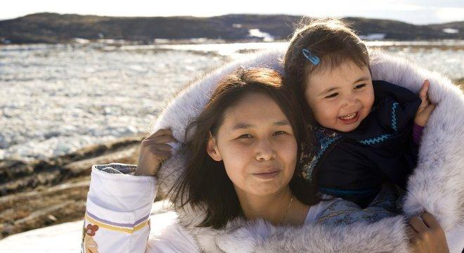 Mãe Inuit com sua filha na Ilha Baffin, Nunavut