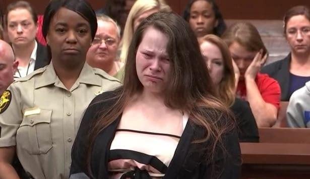 A mãe durante o julgamento