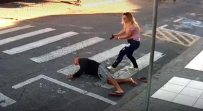 Mãe PM rende suspeito em frente a escola da filha
