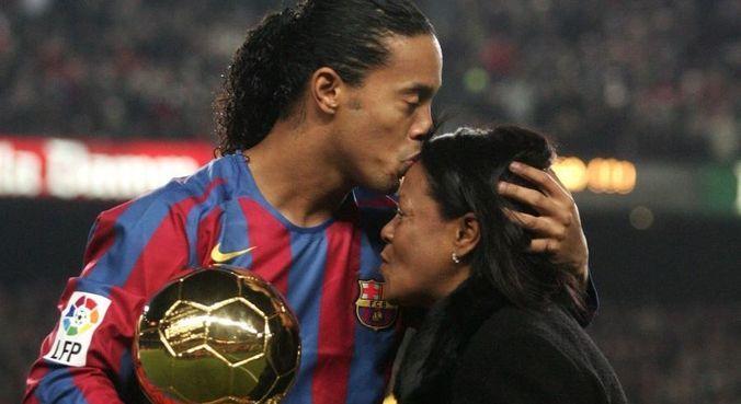 Ronaldinho e sua mãe, Miguelina, em foto de 2005