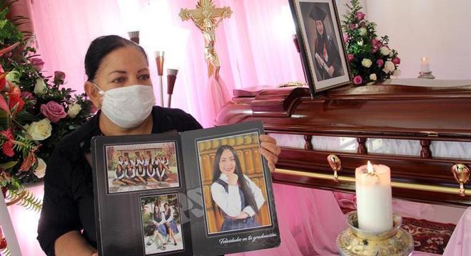Mãe segura foto de sua filha assassinada em massacre de Samaniego, Nariño